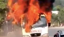 Xe khách 29 chỗ bốc cháy dữ dội trong ngày Tết