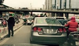 Công an truy tìm người 'tiểu' giữa đường ở Hà Nội