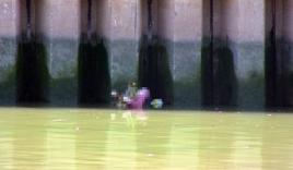 Phát hiện thi thể cô gái trẻ nổi trên kênh Nhiêu Lộc