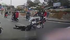 Top video hot ngày 01/3: Nam thanh niên tông ngã CSCĐ, bỏ xe tháo chạy