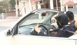 Video: Nam thanh niên bịt mắt lái ôtô mui trần trên phố Hà Nội
