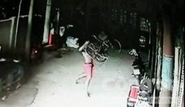 """Phẫn nộ clip """"quý tử"""" vác xe đạp đuổi đánh mẹ ở Đồng Nai"""