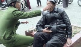 Xúc động hình ảnh chiến sĩ công an quỳ gối bón mì tôm cho người ngất xỉu