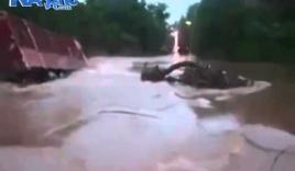 Xe tải bị cuốn trôi do cố băng qua dòng nước lũ