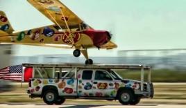 Video: Phi cơ hạ cánh trên mui ô tô cực ấn tượng