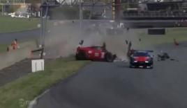 Ferrari nát tung đầu ở tốc độ 230 km/h, tay đua không hề hấn