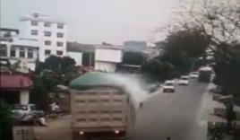 Video: Tài xế liều mình đánh lái, cứu sống bé trai