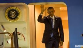Video: Obama bước ra từ chuyên cơ, tươi cười vẫy chào