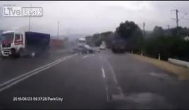 Hãi hùng cảnh hai ô tô tải đâm nát ô tô con