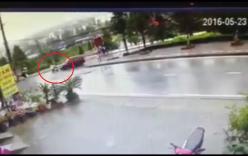 Video: Ô tô hất tung người đi xe máy lên không trung