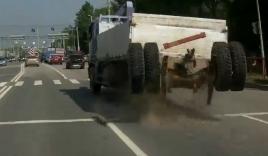 Hãi hùng cảnh xe tải đang đi bị long hết bánh sau