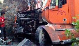 Xe container lao vào nhà dân ở Sài Gòn giữa đêm