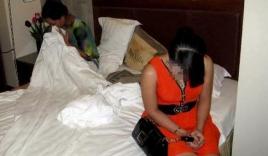Chủ quán massage ngồi canh cho 2 nhân viên bán dâm