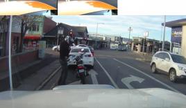 Cách biker 'giết' thời gian trong lúc chờ đèn đỏ