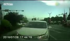 Bất ngờ bị đâm xe, tài xế hùng hổ điều khiến xe đâm lại để trả thù