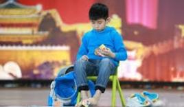 Cao thủ 9 tuổi giải đồng thời 2 khối rubic bằng cả tay và chân trong 86 giây