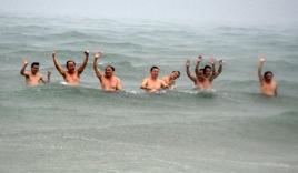 Bộ trưởng Hà xuống biển Quảng Trị tắm ngay sau công bố 'biển an toàn'