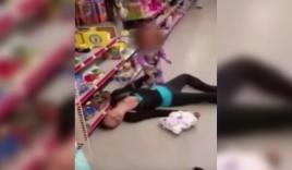 Video: Mẹ sốc thuốc ngã vật ra sàn, bé 2 tuổi khóc thảm lay gọi
