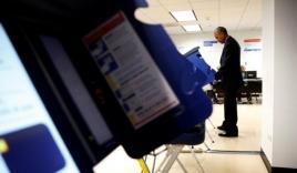 Hành động thú vị của Tổng thống Obama tại điểm bỏ phiếu