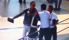 Hành khách nam xô xát ở sân bay mong nữ nhân viên thông cảm!
