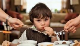 Bé 3 tuổi tử vong vì bị bố bắt ăn quá nhiều