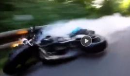 Biker va chạm với ô tô ngược chiều do ôm cua quá đà