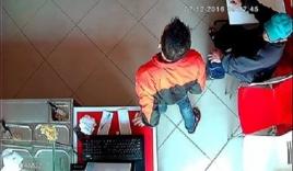 Trộm thản nhiên lấy điện thoại trước mặt nhân viên bán hàng