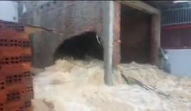 Nước lũ chảy xiết xuyên thủng tường nhà người dân ở Nha Trang