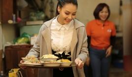 Hoa hậu biển Thùy Trang mang bữa ăn ấm áp đến với nữ cựu thanh niên xung phong