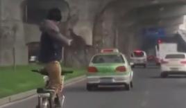 Video: Người đàn ông vừa đi xe đạp vừa tập thái cực quyền gây sốc