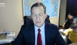 Video: Giáo sư bị 2 con phá bĩnh khi đang phỏng vấn trực tiếp