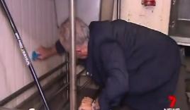 Video: Hy hữu cảnh thủ tướng Australia quỳ gối cọ bếp cho dân