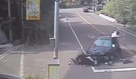 Bé 2 tuổi thoát chết ngoạn mục khi bị ô tô tông trúng