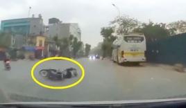 Người đàn ông đi xe máy ngã sấp mặt vì gặp 'sửu nhi' đánh võng, tạt đầu