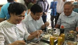 Vợ chồng nguyên Chủ tịch nước ăn cơm 2.000 đồng cùng người nghèo