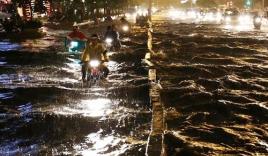 Mưa lớn, đường Sài Gòn ngập sâu