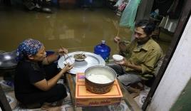 Chùm ảnh: Cuộc sống 'trên giường, dưới nước' của dân vùng lũ ở Hà Nội