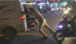 Cảnh sát giao thông còng lưng đẩy giúp ôtô chết máy giữa ngã tư