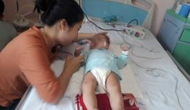 Bé gái 9 tháng ngất lịm, toàn thân tím tái ngay khi y sĩ rút mũi tiêm