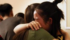 Học sinh cuối cấp ôm nhau khóc nức nở trong tiệc chia tay: Tạm biệt nhé, thanh xuân!