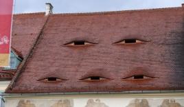 Ở quê hương của Dracula, đến cả nhà cửa cũng khiến người ta lạnh gáy với những 'con mắt' dõi theo người qua lại