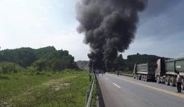 Lao thẳng vào xe con, xe tải rơi xuống chân cầu và nổ như bom
