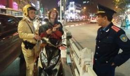 Bị cảnh sát thổi nồng độ cồn, thanh niên ngoại quốc lôi đàn ra vừa đánh vừa hát