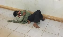 Xúc động hình ảnh người cha lấy thân làm giường, ôm con trai nhỏ co ro nằm ngủ nơi hành lang bệnh viện để chờ mẹ sinh