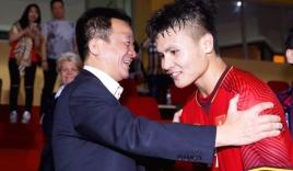 Quang Hải nói điều bất ngờ khi bầu Hiển được tặng huân chương cao quý