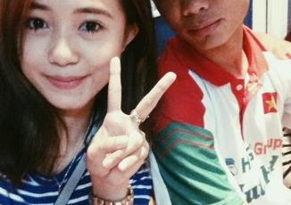 Hot girl chụp ảnh và xin chữ ký U19 Việt Nam khiến nhiều người ghen tị