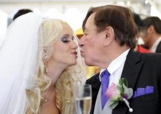 Cô gái 24 tuổi kết hôn với tỷ phú 81 tuổi