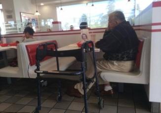 Bức ảnh ông lão ăn tối cùng di ảnh vợ lay động hàng triệu trái tim