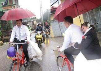 Cô dâu Hà Nội bật khóc vì chú rể rước dâu bằng xe đạp giữa trời mưa