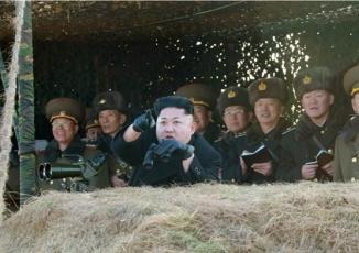 Xem quân đội Triều Tiên tập trận đánh chìm tàu sân bay Mỹ